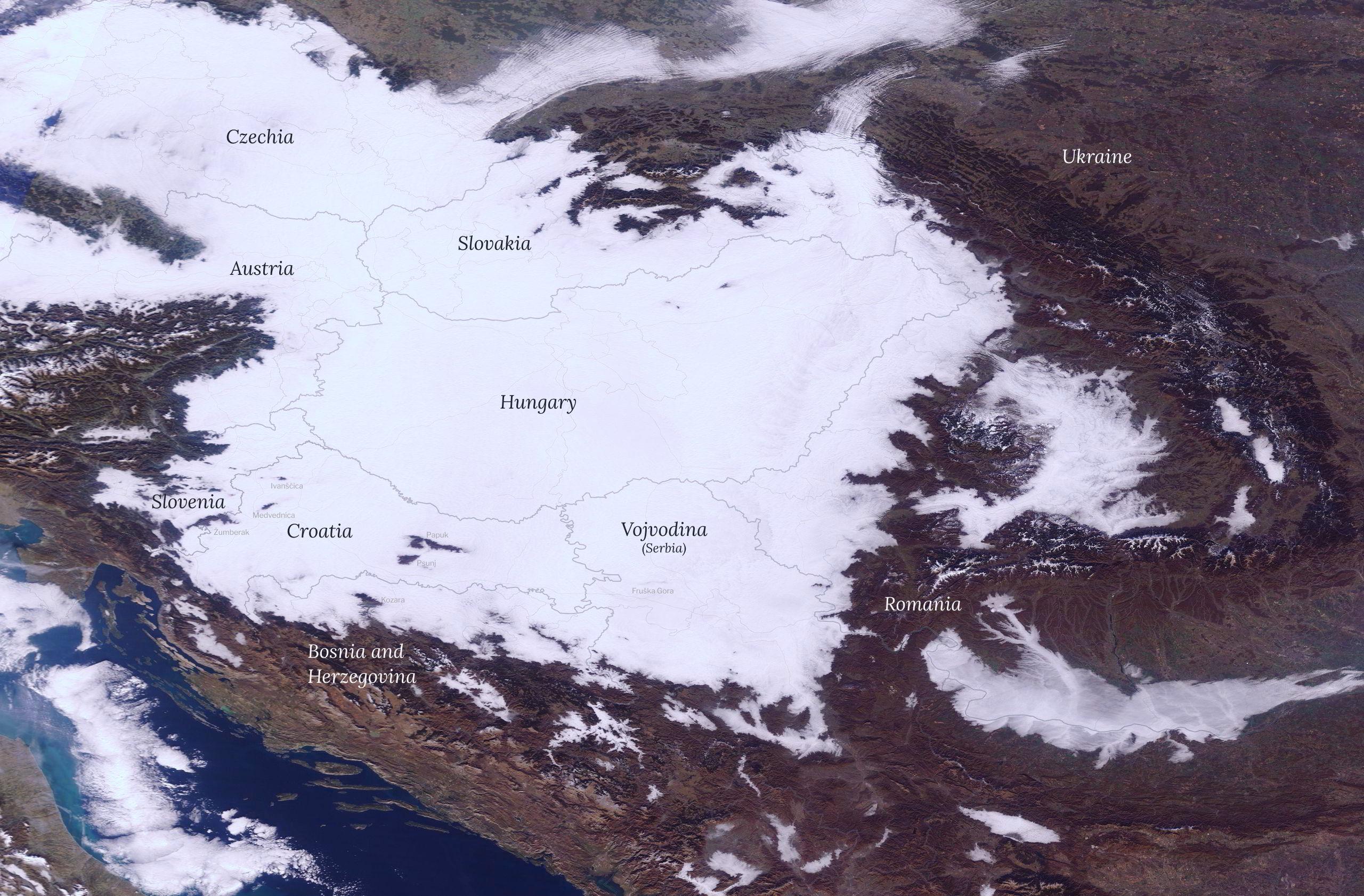 Vrhovi gorja iznad magle i niskih oblaka ocrtavaju otoke nestalog Panonskog mora.